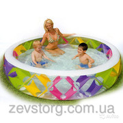 Бассейн для всей семьи с цветными вставками